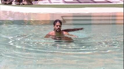 Viegas entra sozinho na piscina