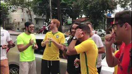 Torcedores se reúnem em frente a hospital que Neymar será operado e tocam samba e bebem