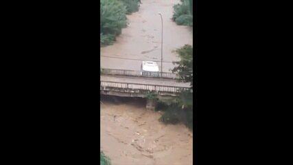Ônibus cai em rio e bate em ponte no bairro Cascatinha em Petrópolis, RJ
