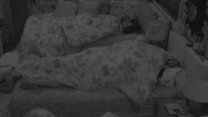 Wagner e Gleici movimentam edredom em cama do Quarto Tropical