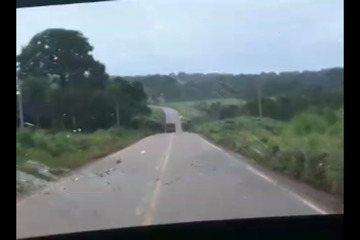 Motorista registra momento de acidente entre caminhão e viatura da PM