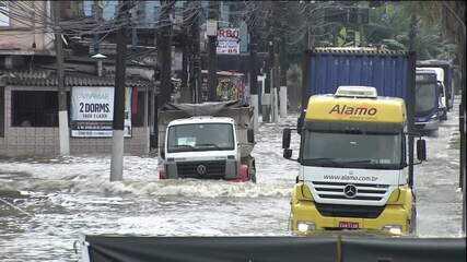 Chuva provoca alagamentos na Baixada Santista (SP)