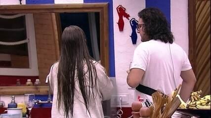 Patrícia reclama de brothers não lavarem a louça: 'Estão esperando por quem?'