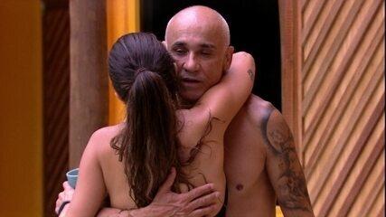 Ayrton cumprimenta Jéssica e Paula após deixar prova