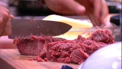 Wagner prepara carne moída