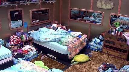 Diego e Patrícia seguem dormindo no Quarto Tropical