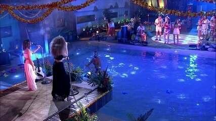 Kaysar sobre nos ombros de Caruso na piscina durante show de Anavitória na Festa Havaí
