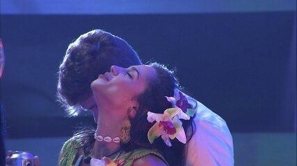 Breno beija o pescoço de Paula ao som de 'Agora eu quero ir'