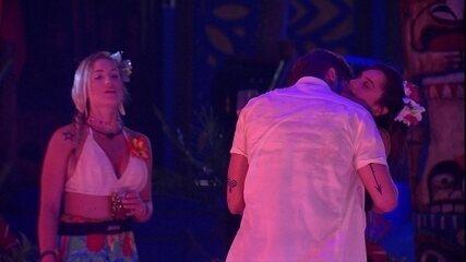 Breno abraça e beija pescoço de Paula