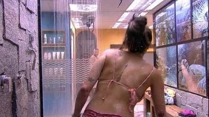 Paula dança no banho e Kaysar a observa