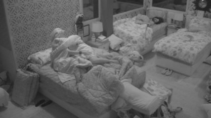 Paula e Jéssica deitam com roupa do Castigo do Monstro
