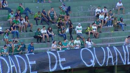 Torcida do Coritiba protesta com faixa no Couto Pereira