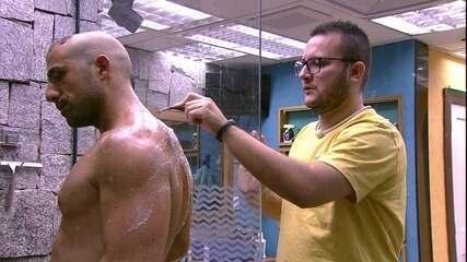 Diego depila as costas de Kaysar