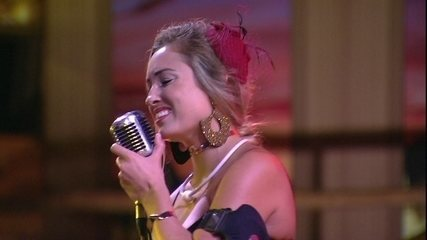 Jéssica brinca com Ana Clara durante hit de 'Mamonas Assassinas'