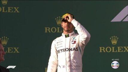 Hamilton chama a atenção pela cara fechada ao chegar no pódio