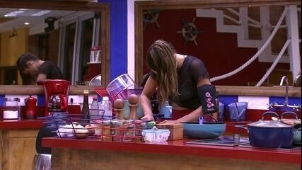Paula corta cebola na cozinha do BBB