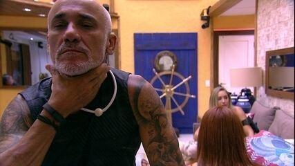 Ayrton se olha no espelho e diz: 'Tô parecendo o Sean Connery'