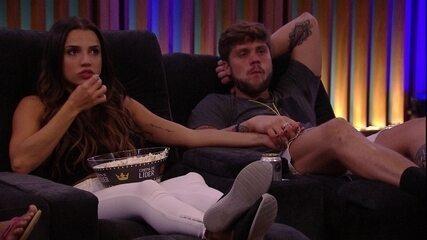 Breno e Paula assistem filme de mãos dadas