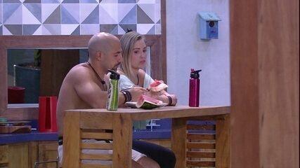 Jéssica fala de treino no dia seguinte e Kaysar diz: 'Eu treino com você'