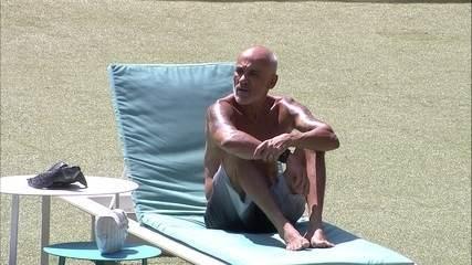 Ayrton relaxa na espreguiçadeira