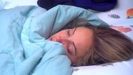 Jéssica dorme toda coberta