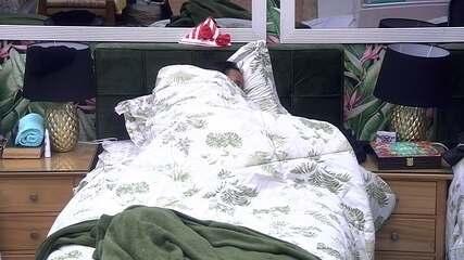 Gleici deita no Quarto Tropical e Wagner dorme na sala