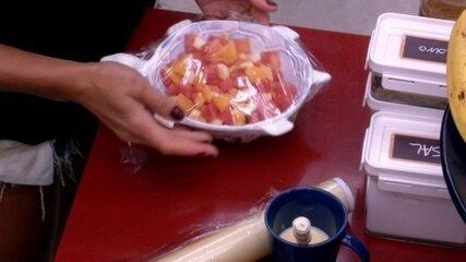 Paula prepara salada de fruta na cozinha do BBB