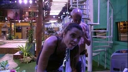 Ayrton conta para Paula que encontrou o anel e sister pede: 'Fica com ele na mão'