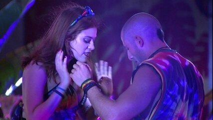 Ana Clara ensina alguns passos de dança para Kaysar
