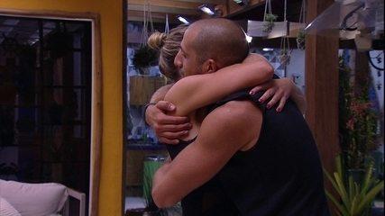 Kaysar abraça Jéssica: 'Parabéns para você também'