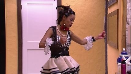 Gleici dança sozinha na sala