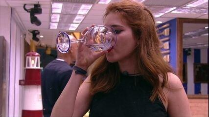 Ana Clara sai da sala e vai até a cozinha beber água