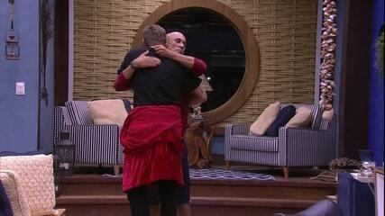 Ayrton abraça Breno e afirma: 'Fiquei feliz de você ter pego o Líder'