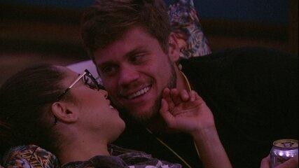 Breno e Paula assistem filme abraçados