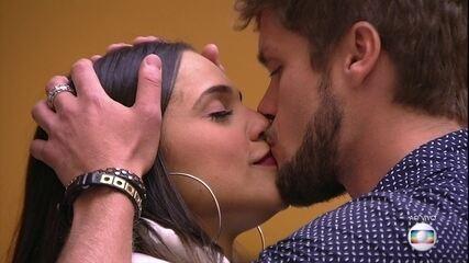 Breno se despede de Paula com longo abraço e beijo