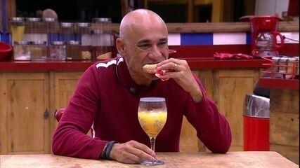 Ayrton toma café da manhã sozinho em dia de Paredão