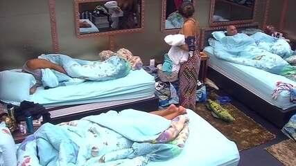 Paula observa brothers dormindo no Quarto Submarino