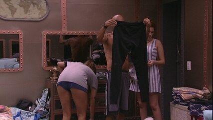 Brothers encontram calça no armário: 'Acho que é do Caruso'