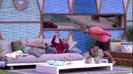 Ayrton grita e pula do sofá com susto de Kaysar