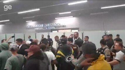 Torcedores protestam em desembarque do Atlético-MG