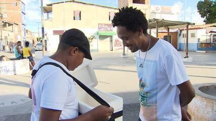 Garoto vende geladinhos para alimentar o sonho de ser percussionista