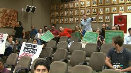 Manifestantes protestam contra projeto que proíbe discussão sobre gênero nas escolas municipais de Foz do Iguaçu