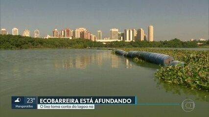 Descaso ambiental numa das lagoas da Barra da Tijuca. A ecobarreira está afundando