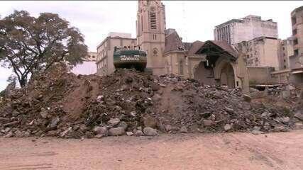 Bombeiros procuram desaparecidos nos escombros de prédio que desabou em SP