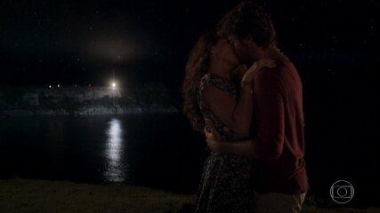 Beto e Luzia se beijam