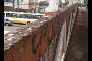 Pedrestres reclamam da precariedade de passarela na Almirante Barroso, em Belém