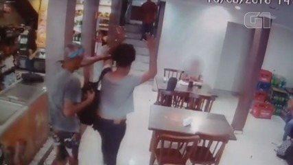 Imagens mostram arrastão em padaria; dupla conseguiu fugir