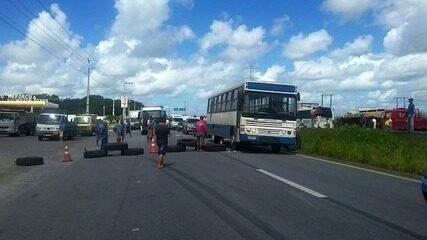 Caminhoneiros bloqueiam BR-101, em Alagoas, por redução no preço do combustível