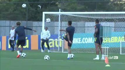 Neymar acerta trave em treino da Seleção