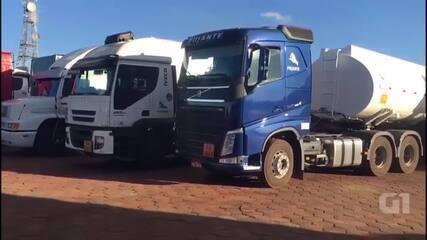 Vídeo mostra fila de caminhões retidos em Cristalina e Luziânia, em Goiás.